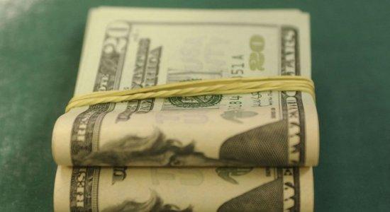 Dólar inicia abril em alta e fecha a R$ 5,71