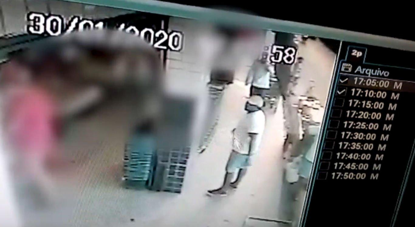 Dois homens teriam entrado no estabelecimento e cometido o assalto