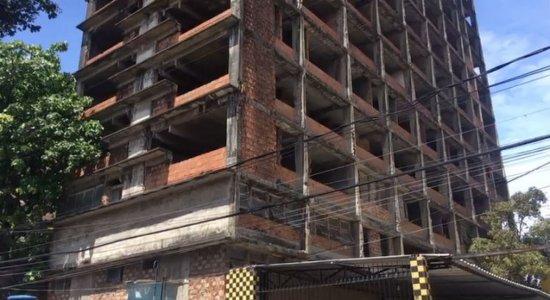 Prédio abandonado no centro do Recife oferece risco de desabamento e área é isolada