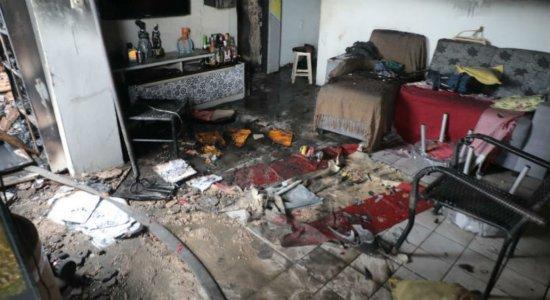 Em Olinda, incêndio atinge casa e após trabalho dos bombeiros fogo volta