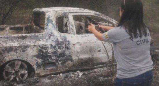 Homem tem a perna quebrada e carro queimado após assalto