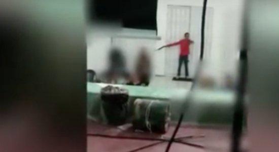 Dois homens invadem igreja armados, assistem a culto e roubam fiéis