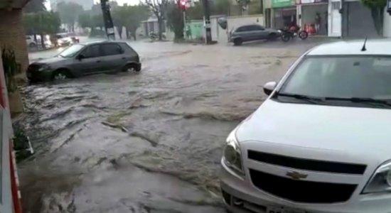 Vídeos mostram transtornos causados por chuva forte no interior de PE