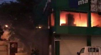 O fogo não atingiu o térreo do estabelecimento, nem lojas vizinhas.