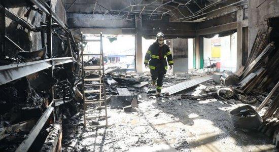 Incêndio destrói estoque de loja no Ceasa