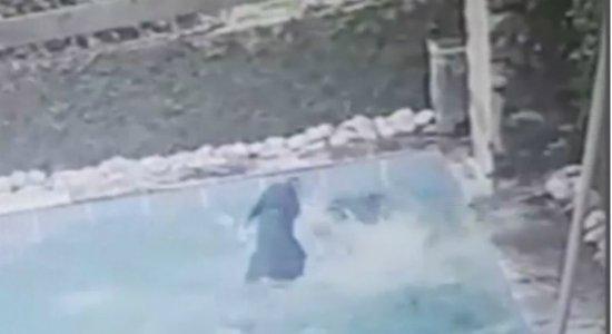 Vídeo: dupla invade casa e joga cachorro dentro de piscina no Barro