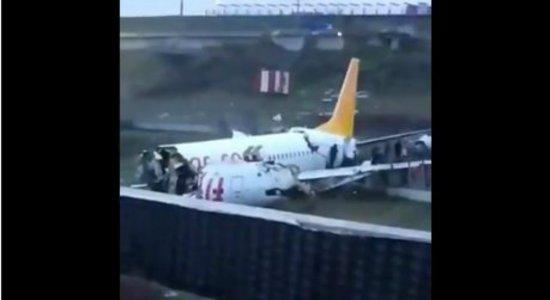 Avião com 177 passageiros sai da pista e se parte ao meio na Turquia