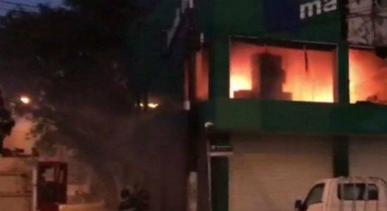 Incêndio atinge loja no Ceasa; veja vídeos
