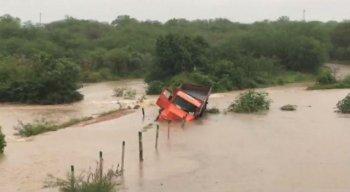 As chuvas torrenciais fizeram com um rio transbordasse em Bodocó