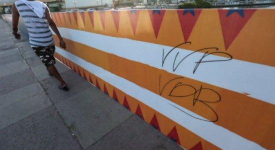 Decoração de Carnaval do Recife é pichada antes mesmo de ficar pronta