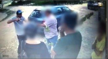 Momento em que o assaltante aponta a arma para as vítimas