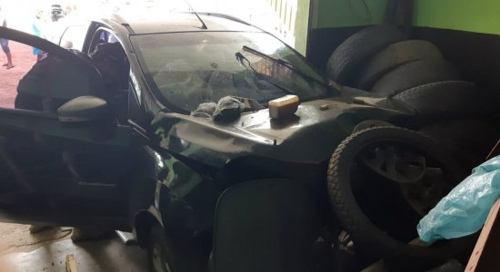 Carro desgovernado invade garagem e atropela dono de barraca no Agreste