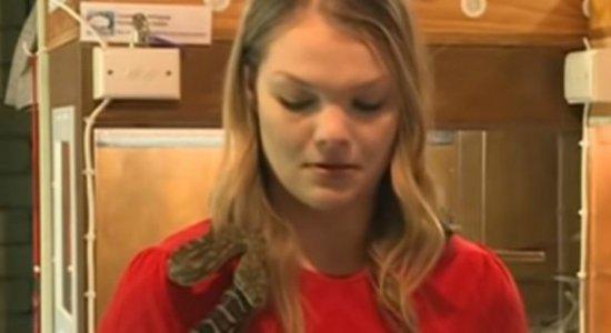 Cobra ataca microfone de repórter e vídeo viraliza; veja