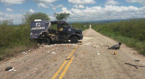Bandidos explodem carro-forte em tentativa de assalto no Sertão de Pernambuco