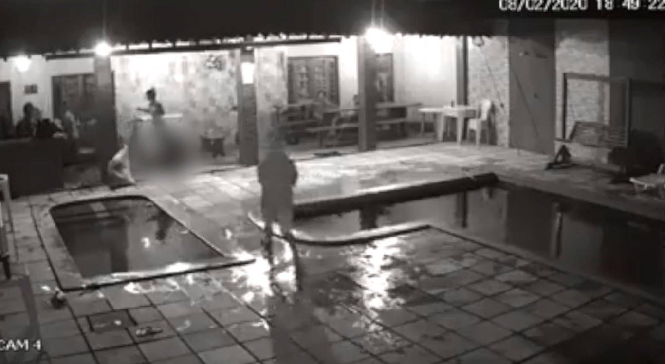 Suspeitos encapuzados entraram no clube e atiraram contra a jovem