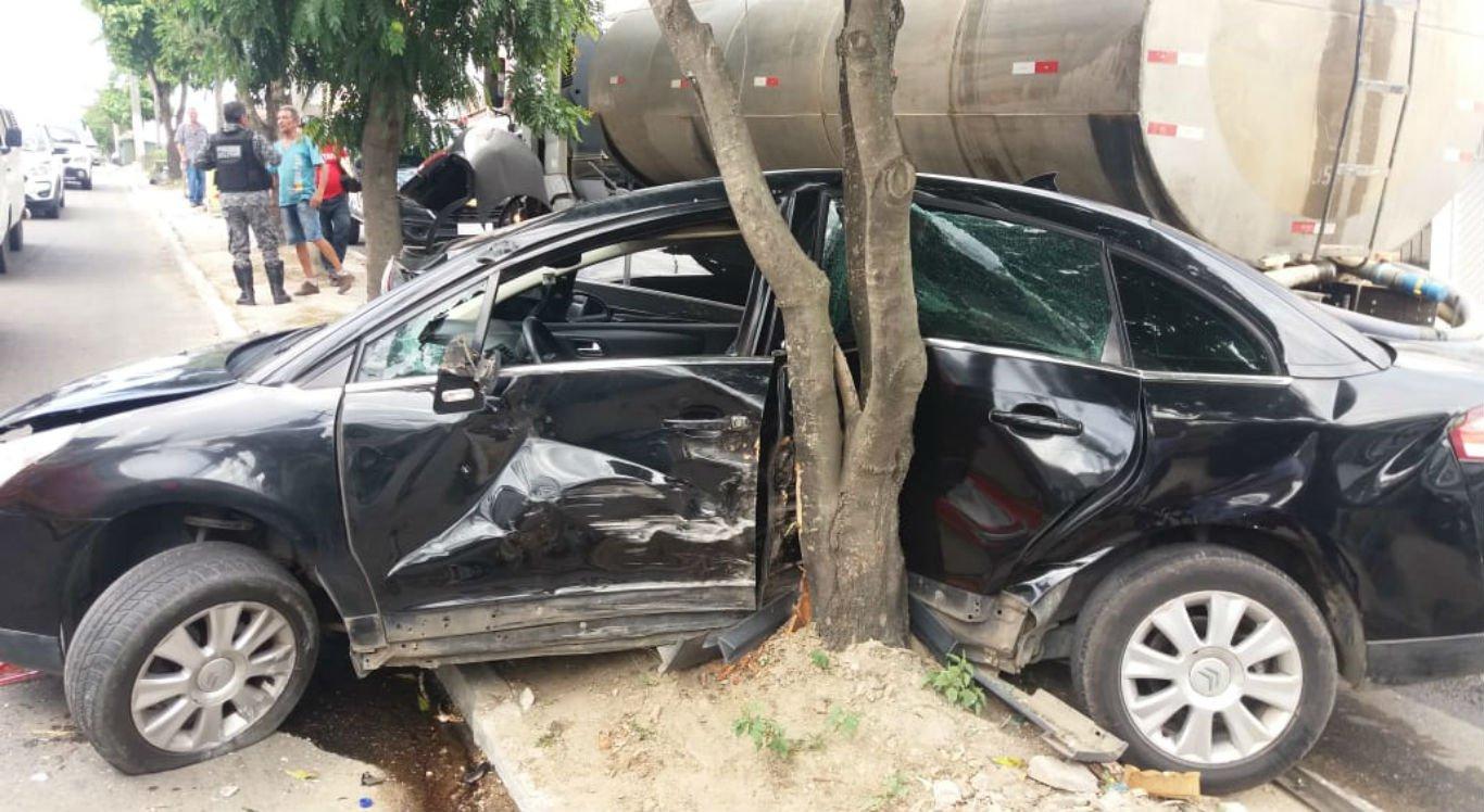 Caminhão-pipa atingiu vários carros em Caruaru