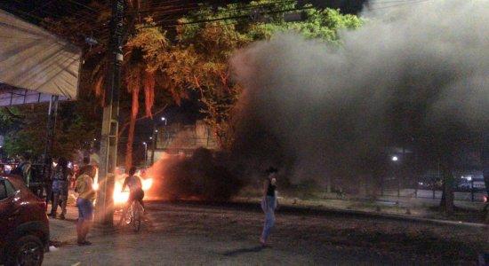 O protesto acontece na Avenida Caxangá, em trecho no bairro da Madalena