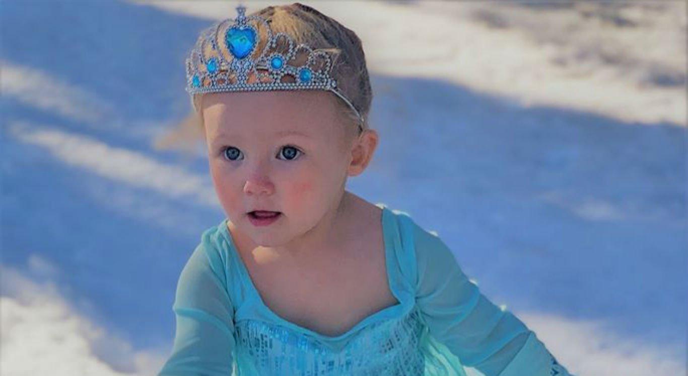 Pequena Madelyn conhecendo a neve pela primeira vez