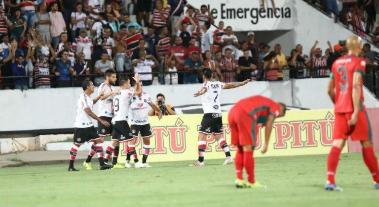 O Santa Cruz venceu o Salgueiro de virada no Arruda com gols de Pipico e Fabiano
