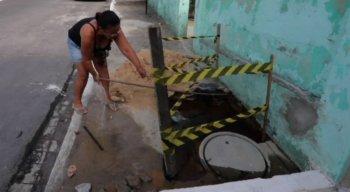 Desde 2015 dona Zilda luta com um vazamento na frente da casa dela, que fica na Rua Gonçalo Leitão, na UR-4 no Ibura.