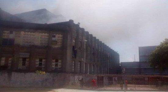 Incêndio atinge antiga fábrica no bairro do Recife