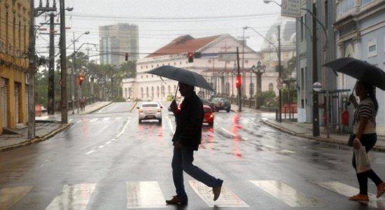 Previsão é de chuvas com intensidade menor na noite desta quinta (15) e ao longo da sexta (16) em Pernambuco