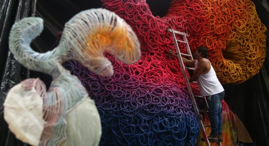 Confira as imagens da montagem do Galo da Madrugada Gigante para o Carnaval 2020