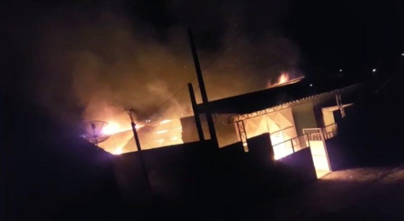 Incêndio destruiu galpão em Limoeiro