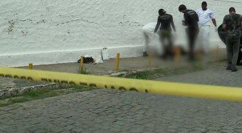 Os peritos analisam o corpo encontrado no bairro do Cordeiro, na Zona Oeste do Recife