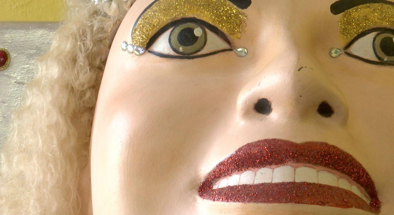 Mulher da Sombrinha não pode ser vista completamente até a hora do desfile