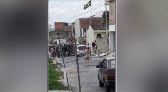Homem invade casa para fugir da PM e faz mulher e filha dela reféns