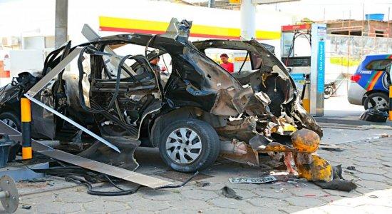 A explosão destruiu o carro e atingiu o teto do posto