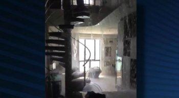 O apartamento de luxo ficou alagado com o vazamento da piscina