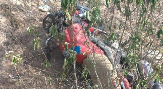 Motociclista perdeu controle da moto e caiu da ribanceira