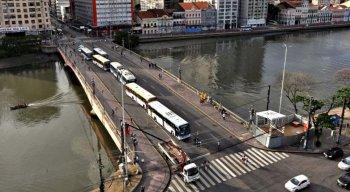 O trânsito no centro da cidade começa a ser alterado nesta terça-feira (18), por causa da montagem do Galo da Madrugada