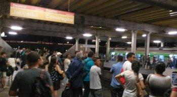 Usuários aguardam metrô após horas de paralisação