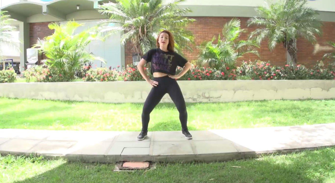 Instrutora de dança mostra coreografias de fit dance