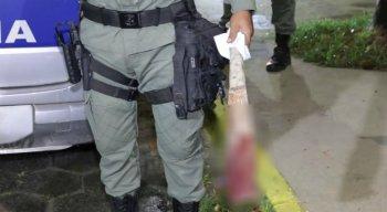 O vizinho foi agredido a pauladas e desferiu vários golpes de foice contra a vítima.