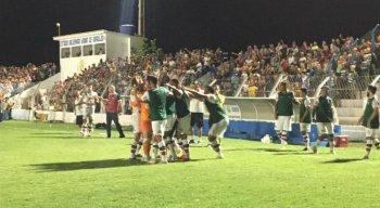 Jogadores do Santa Cruz comemoram gol contra o Afogados