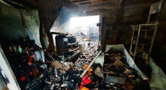 Incêndio em mercado deixa família presa em 1º andar e dois socorridos