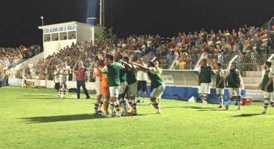 Fora de casa, Santa Cruz vence o Afogados e mantém liderança do Pernambucano