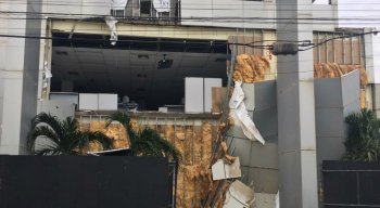 Caixa Econômica Federal em Olinda é prejudicada pelo vento forte e a chuva que atingiu o Grande Recife