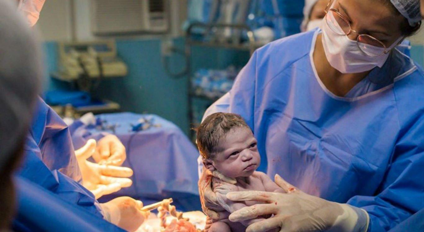 """Bebê nasceu """"brava"""" e conquistou os internautas"""