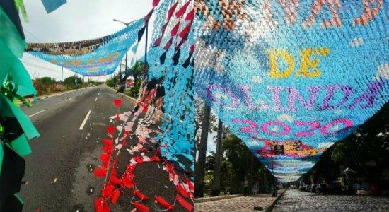 Chuva e ventos fortes derrubam decoração de carnaval e interditam ruas