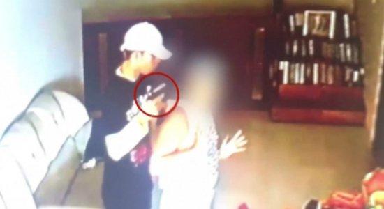 Vídeo: empresário e esposa são assaltados dentro de casa em Escada