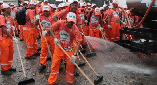 Garis fazem a limpeza das ladeiras para o Carnaval de Olinda