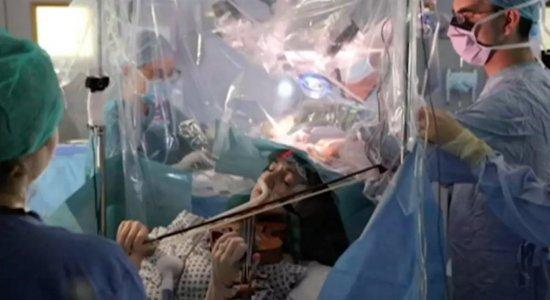 Paciente toca violino durante cirurgia e viraliza na internet; veja vídeo
