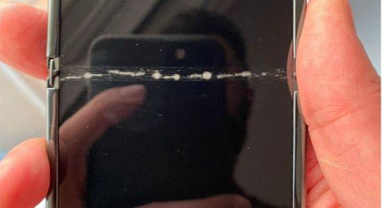 Usuário reclama de rachadura em tela de novo smartphone dobrável