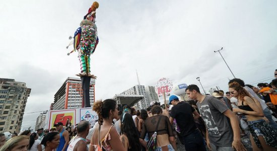Foliões tietam Galo Gigante na Ponte Duarte Coelho