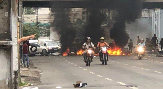 Protesto bloqueia trânsito próximo a estação de metrô no Recife